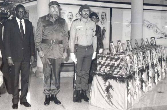 Fidel Castro y el entonces presidente de Angola José Eduardo Dos Santos, rindieron la última guardia de honor a los internacionalistas caídos en tierras hermanas, el 7 de diciembre de 1989. Fuente: Granma/ Sitio Fidel Soldado de las Ideas .