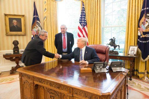 Trump saluda desde su asiento presidencial al asesino del Che, Félix Rodríguez Mendigutía.