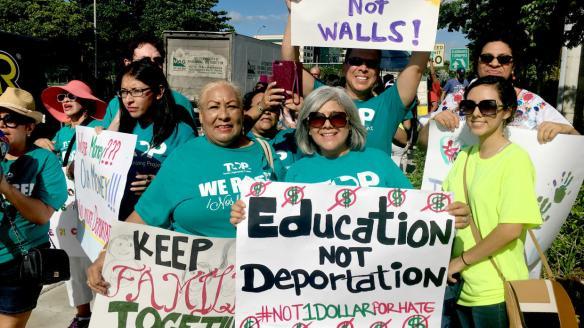A la protesta llegaron personas de otros estados que participaban en un...
