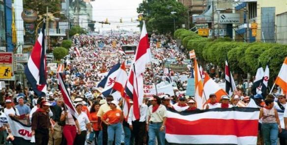 Policía de Costa Rica despliega sus tropas ante la sede del congreso
